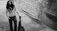 Marcus Bonfanti rozezní svou kytaru u piva