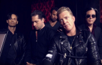 Queens of the Stone Age vydali klip k písni Head Like a Haunted House