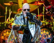 Rob Halford na turné Judas Priest k albu Firepower.
